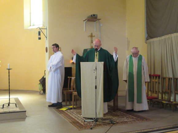 eveque bénissant paroisse ste anne de lizeron