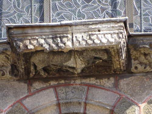 agneau-sous-porche-entree-cathedrale-du-puy
