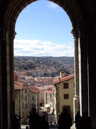 vue-rue-sortie-de-la-cathedrale-du-puy