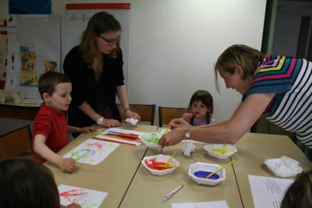 mamn et aumonerie aident enfant de l'eveil pour la peinture