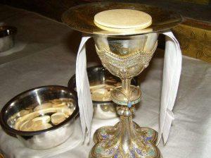 calice et coupelle avec ostie pour la messe de Ste Anne 42 loire