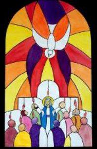 vitrail coloré de l'esprit saint descendant sur les apôtres