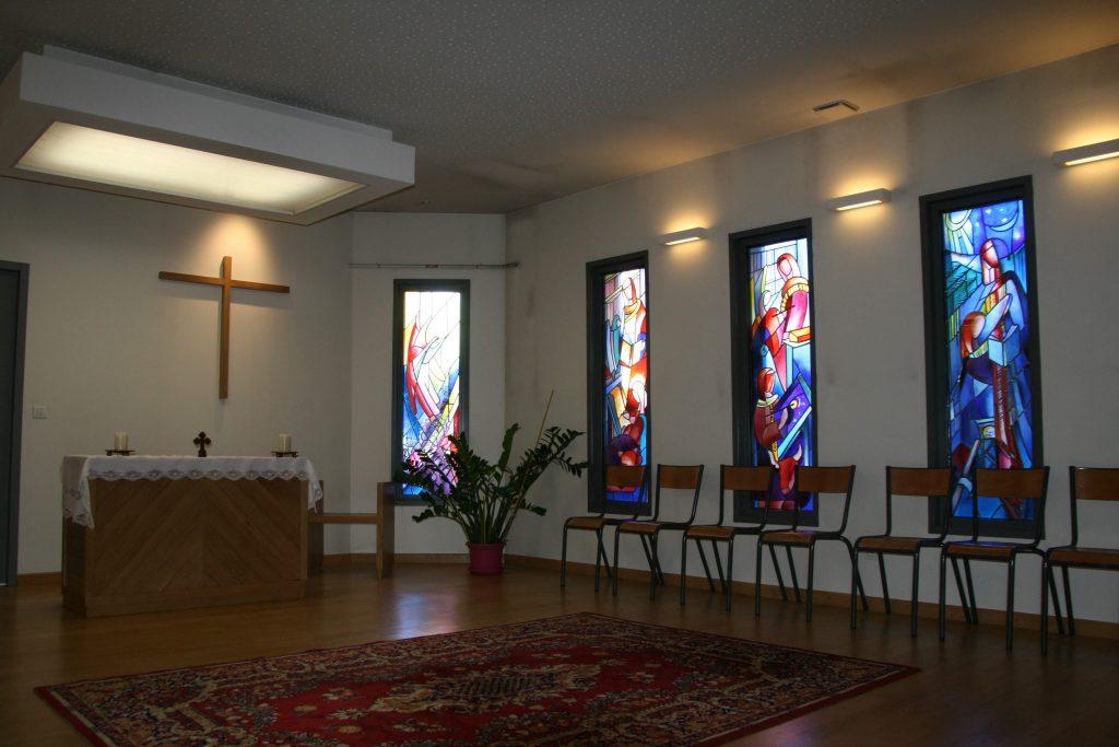 vitraux vue intérieure de l'oratoire de la maison paroissiale ste anne de roche la molière