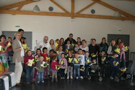 prêtre entouré d'enfant de l'evail lors de la célébration de pâques