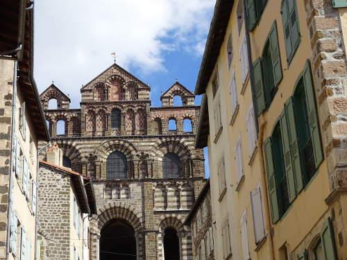 facade-cathedrale-vue-de-la-rue-puy